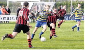Excelsior- speler Dik Hendriks staat op het punt van tackelen in het duel met UNI VV. foto William Moore